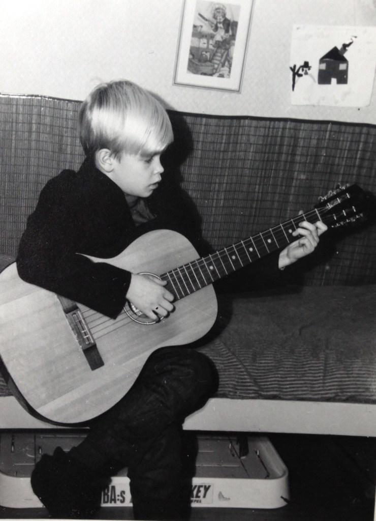 Ung man med gitarr