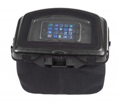 バッグ上部のフラップ部分にはスマートフォンやGPSなどを入れられる