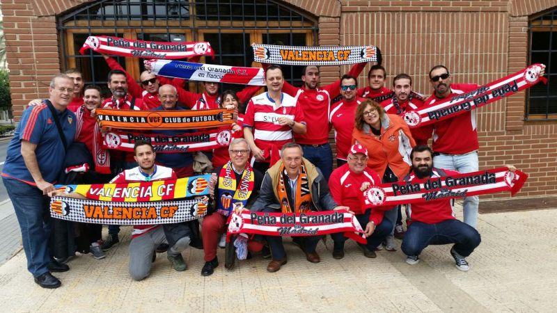 Intercambio de bufandas entre aficiones del Valencia CF y del Granada CF
