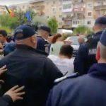 """VIDEO Jandarmii i-au luat cu duba pe toți protestatarii care manifestau la Topoloveni în timpul unei vizite electorale a lui Liviu Dragnea / Replica unui jandarm întrebat de un protestatar de ce pune mâna pe el: """"De-al dracu!"""""""