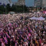 """VIDEO Zeci de mii de oameni au participat la manifestaţia """"Toţi pentru Europa"""" din Piaţa Victoriei: """"YES la vot"""" / Mihai Șora: Să nu-i lăsăm pe alţii să decidă în locul nostru / Rebengiuc: Vă rog din suflet să mergeți la vot / Oamenii au scandat: """"PSD, ciuma roșie"""""""