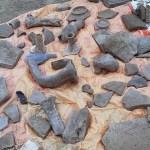 Bucăți din Cetatea antică Tomis, aruncate pur și simplu la gunoi de investitorul imobiliar care construiește un bloc peste vestigiile istorice. Arheologii denunță distrugerea unor mărturii inestimabile