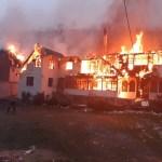 FOTO Pensiuni în flăcări la Moeciu: pompierii intervin cu mai multe autospeciale, turiștii s-au autoevacuat
