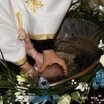 Medici legiști: Bebelușul din Suceava, decedat după ce a fost scufundat în cristelniţă, avea pneumonie interstiţială, complicată cu bronhopneumonie în formă severă / Părinții contestă raportul IML