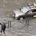 VIDEO Rupere de nori în București, inundație în zona Tineretului și pe Calea Văcărești, unde apa a depășit 30 de centimetri pe șosea