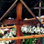 Adevărul: Puhoi de pelerini la mormântul lui Arsenie Boca de la Mănăstirea Prislop. Vizitatorii au lăsat mormane de bani în urmă, afacerile locale au profitat din plin