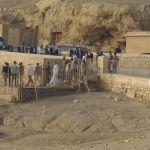 FOTO Au apărut imagini din Egipt cu președintele Klaus Iohannis, în voiaj la Piramide. Românii aflați în vacanță, dați la o parte să se pozeze echipa prezidențială