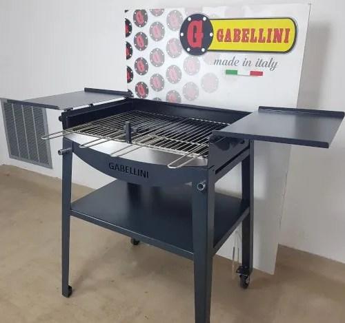 barbecue a carbonella con griglia in acciaio inox e sportelli aperti