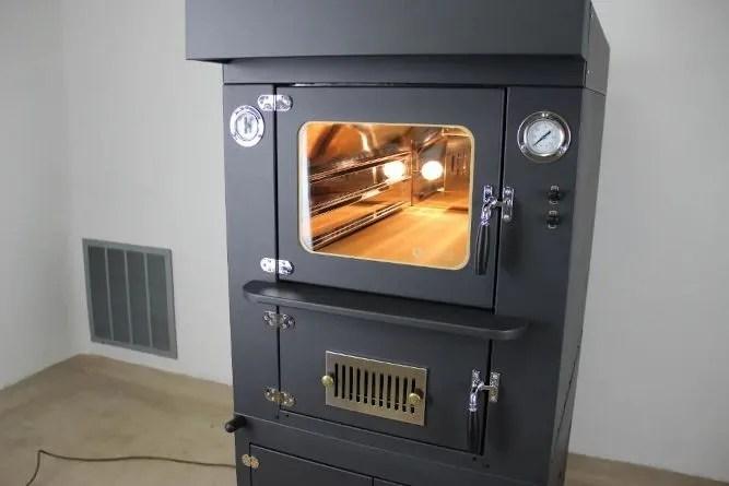forno a legna da interno con luci e ventola accesi