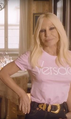 camiseta versace, logo, logomania, moda, estilo, tendência, looks, versace tshirt, fashion, style, trend, outfits, donatella versace