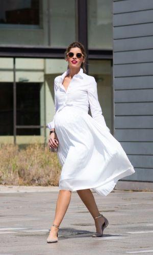 gravidez, mulher com saia midi e camisa