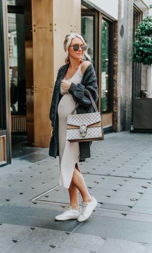 gravidez, mulher com vestido midi bege e tênis