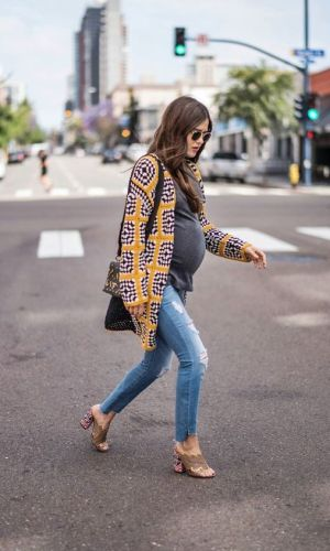 maternity style, paola alberdi with denim and tshirt