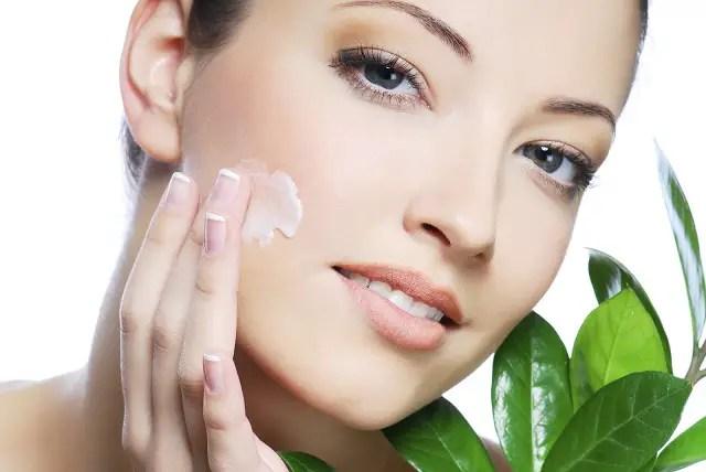 El jugo de tomate aplicado en la piel actúa como un astringente natural para el cuerpo.