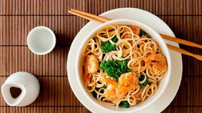 Comida China con fideos y vegetales