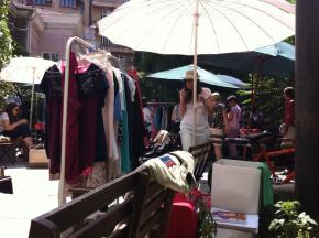 Un Yard Sale este un motiv minunat de a ghici cine mai are stilul nostru vestimentar - ei vor fi cumparatorii nostri predilecti!