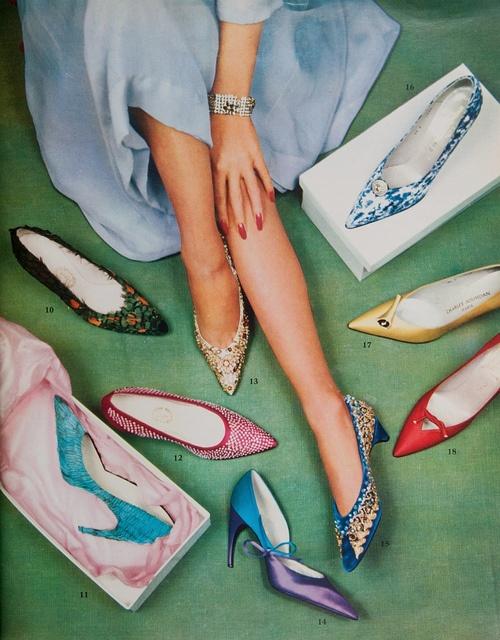 Reclama vintage la pantofi cu varf ascutit si toc mic