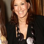 Donna Karan si bijuteriile masive din lemn