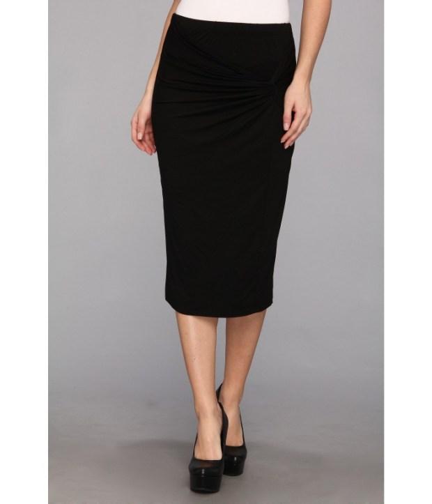 O fusta formala, neagra, dedesubtul genunchiului e mai actuala