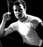 """Marlon Brando si celebrul lui tricou alb din filmul """"Un tramvai numit dorinta"""""""