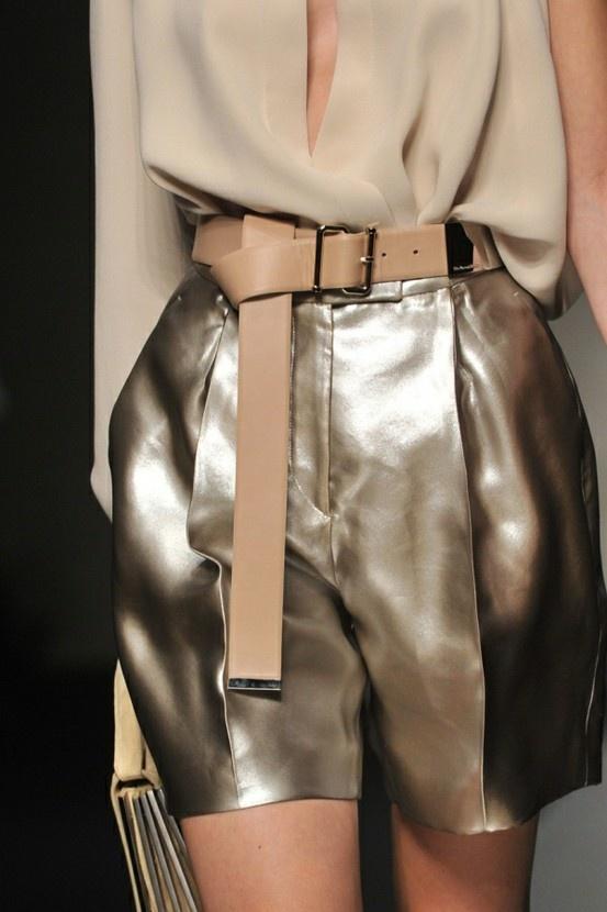 Pantaloni din piele aurii
