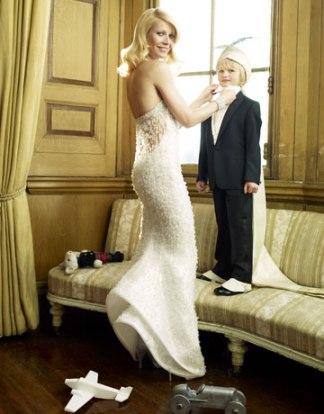 Gwyneth Paltrow ii aseaza papionul fiului sau