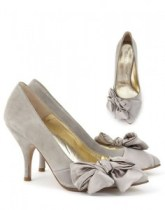 Pantofii neutri cu irizatii metalice sunt de cautat! Nu dai gres cu ei