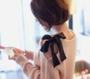 Cum trasformi un pulovr cu ajutorul unei panglici de catifea