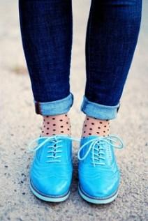 Sosete fine cu buline, jeans slim suflecati si pantofi colorati