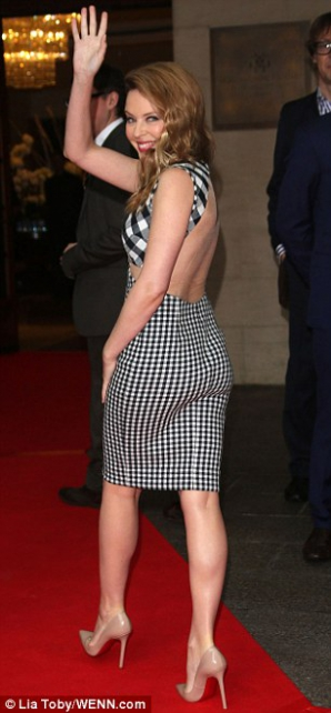 Kylie Minogue si spatele gol