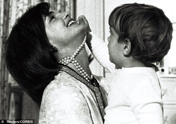 Jackie Kennedy si colierele sale de perle via dailymail.com