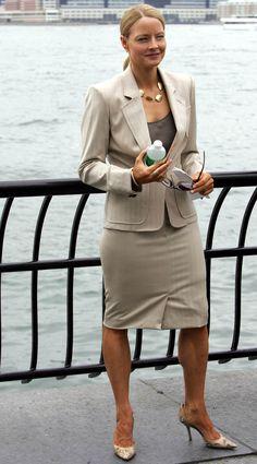 Jodie Foster – intr-un costum bej perfect croit, cu umerii pronuntati, care transmit putere, autoritate