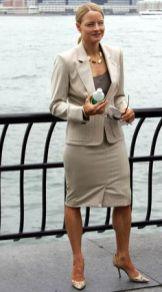 Jodie Foster - intr-un costum bej perfect croit, cu umerii pronuntati, care transmit putere, autoritate
