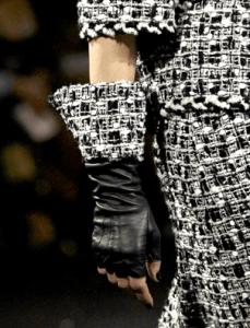 Manusile Chanel si telefoanele mobile se cer butonate in voie