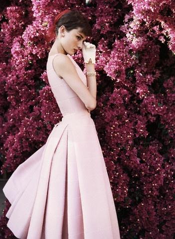 Audrey Hepburn intr-o rochie roz Givenchy
