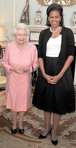 Alaturi de o alta purtatoare de cardigan – regina Elisabeta a Angliei