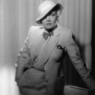 Scurta istorie a costumului business la femei