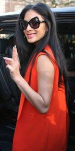 Nicole Scherzinger sau cum o vesta portocalie sofisticata poate scoate din anonimat o tinuta neagra.
