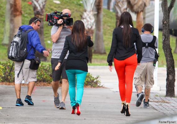 Diferenta de talie si de ajustare a pantalonilor este evidenta. Cei albastri au nevoie de scurtare!