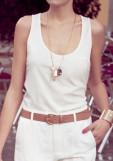 Pentru o cina de vara - maieu alb cu o textura usoara, matasoasa + pantaloni albi si accesorii