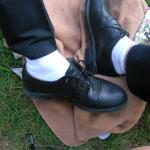 Sau si mai bine, pantofi negri cu sosete albe. Michael Jackson, saracu, o facea ca sa atraga atentia asupra picioarelor, ca, na, el dansa, dar tu?