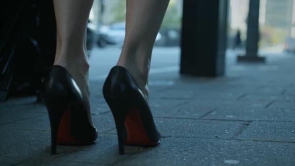 Pantofii negri cu talpi rosii, nu e necesar sa spunem cui apartin