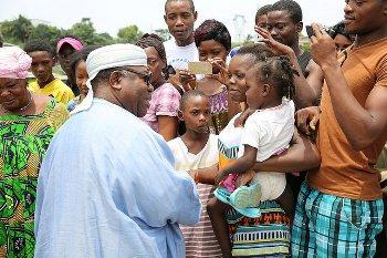 Une vue des riverains venus saluer et dire merci à Ali Bongo Ondimba