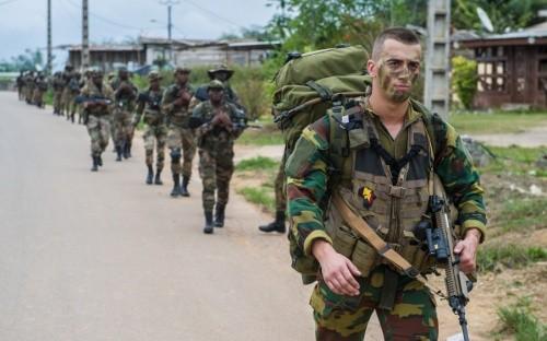 Des commandos belges dans une rue du Gabon en octobre 2017