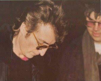 Jhon Lenon semnând un autograf chiar înainte de moarte
