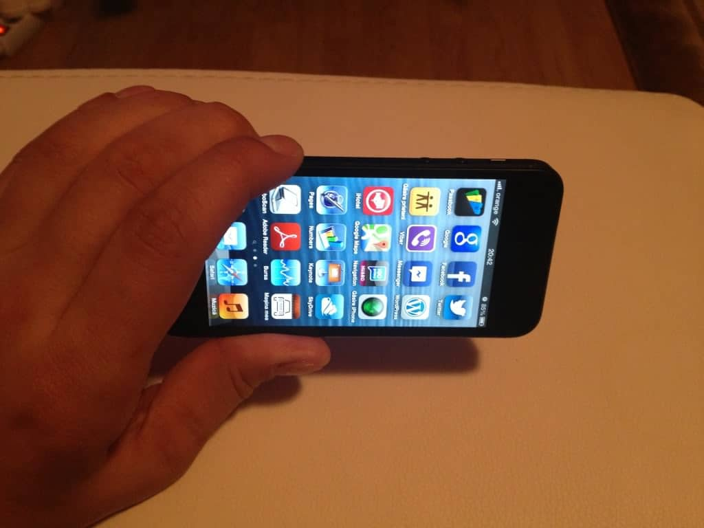 iPhone 5 tinut in mana landscape