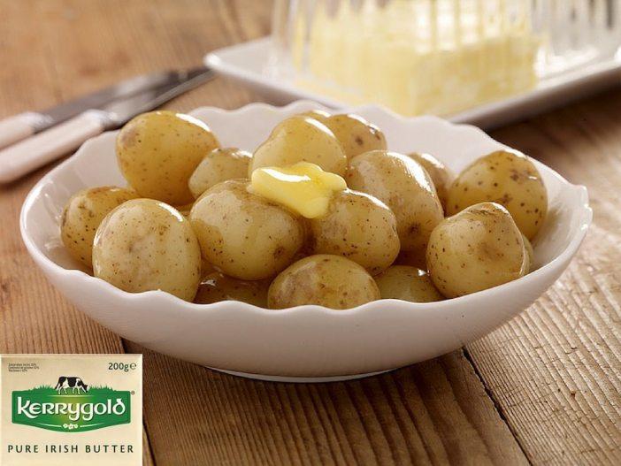 Cartofi noi copti la cuptor cu unt Kerrygold