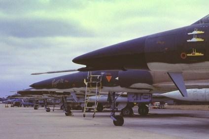 Línea de vuelo de Daggers y Fingers de la VI Brigada Aérea en vísperas del aniversario de la Fuerza Aérea que se llevó a cabo en Córdoba en agosto de 1984 (foto: Carlos Ay).