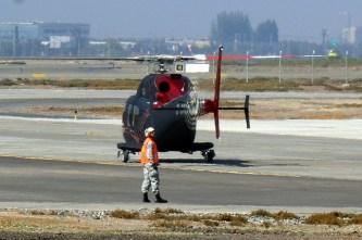 La capacidad de rodar en tierra del 429WLG es ideal para situaciones que le requieren desplazarse por tierra, tal como se aprecia aquí durante su egreso de las instalaciones de la Fuerza Aérea de Chile en Pudahuel para un vuelo de promoción (foto: Carlos Ay).