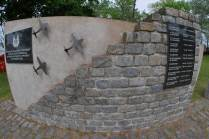 Monumento a los caídos dispuesto en los jardines de la EMA. (Foto: E. Brea)